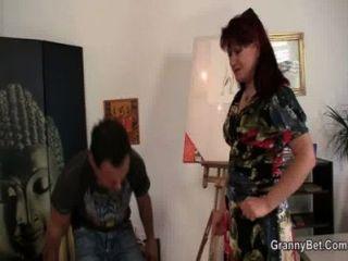 성숙한 paintress 그의 젊은 거시기를 타고
