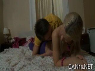 소녀는 그녀의 성기를 먹는다.