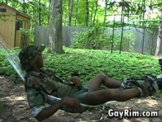 밖에서 자위하는 흑인 군인
