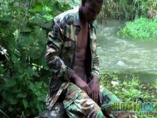 강물에 강한 수탉 병사