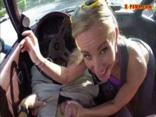 단단한 금발의 bimbo는 그녀의 차 대신에 그녀의 음부를 판다.
