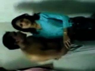 뜨거운 인도의 대학 소녀는 mms 스캔들 키스와 함께 peon