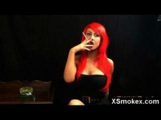 사악한 뜨거운 변태 담배를 피우다
