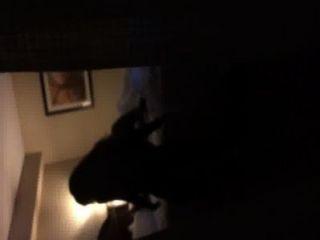 호텔 창에서 bf를 타는 소녀