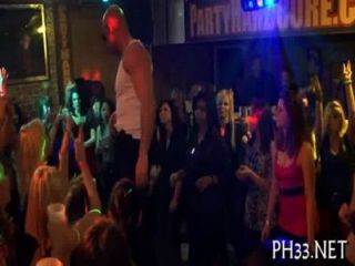 댄스 플로어에서 많은 그룹 섹스
