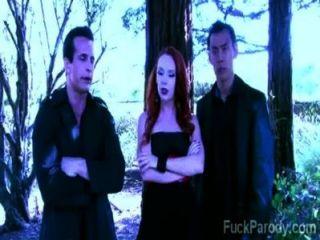 뜨거운 혈액을 가진이 흥분한 뱀파이어는이 xxx 패러디에서 재미 있습니다.