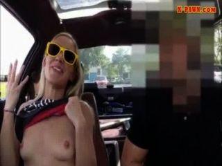 꽉 금발 bimbo 그녀의 자동차를 판매하려고 자신을 판매하고있다.
