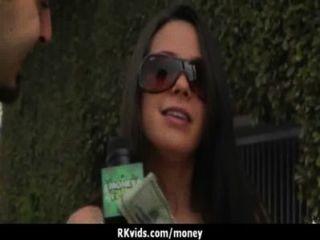 매춘부는 섹스 1을 위해 돈을 받고 테이프를 얻습니다.