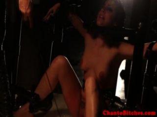 끔찍한 처벌을받는 여성 연대를 묶다.