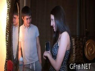예쁜 소녀가있는이 영화 장면을 확인하십시오.