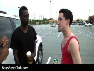 근육 흑인 게이 소년은 백인 흑인들에게 굴욕을 주다.
