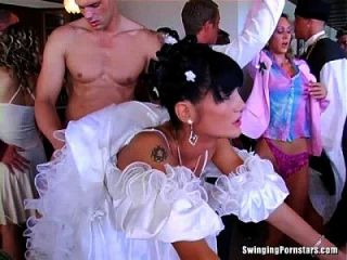 창녀가 결혼식에서 빨고 섹스하다.