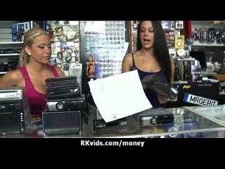매춘부는 섹스 30을 지불하고 테이프를 얻는다.
