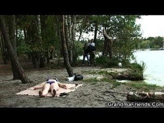 뚱뚱한 할머니는 호수 근처에서 두 번 핥아줍니다.