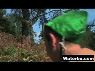 오줌 하드 코어 메이크업을하는 에로틱 한 소녀