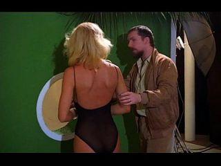 한 남자가 금발 섹시 패션 모델을 속여 섹스
