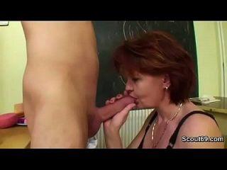 독일 엄마가 어린 소년에게 콘돔이없는 두 개의 섹스 하드 코어를 가르칩니다.