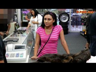 그녀의 낡은 밍크 코트를 팔려고 노력하는 슬림 소녀