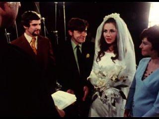 신부는 결혼식에서 신랑에게 입으로 주다.
