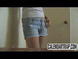 작은 가슴을 가진 마른 십대는 그녀의 몸을 모델로 삼습니다.