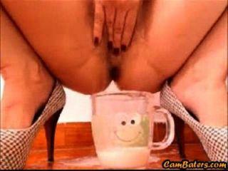 섹시한 라티 나 베이비가 컵을 컵 크림으로 채 웁니다.