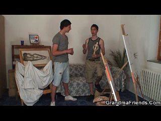 늙은 암캐가 두 명의 젊은 화가들에 의해 강타 당한다.