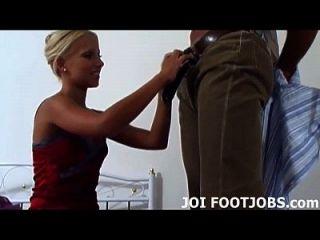 무릎을 꿇고 발 뒤꿈치를 닦으 라.