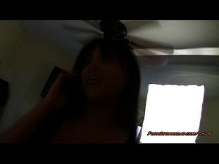 그녀가 전화를하는 동안 pov 무릎 댄스