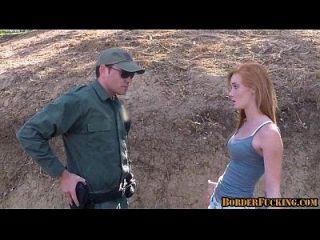 국경 순찰대에 의해 엿본 뜨거운 빨간 머리 사춘기 1 1