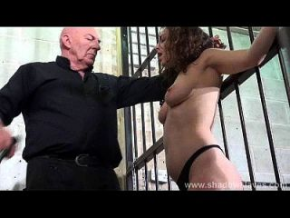 속박과 가혹한 bdsm에있는 노예화 된 beauvoir의 가슴 및 단단한 때리기
