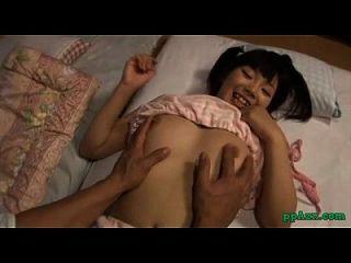 방에있는 매트리스에 자신의 거시기를 빠는 남자에 의해 fingered 아시아 소녀