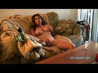 이국적인 매력 hottie mai ly 그녀의 음부 큰 dildo와 섹스