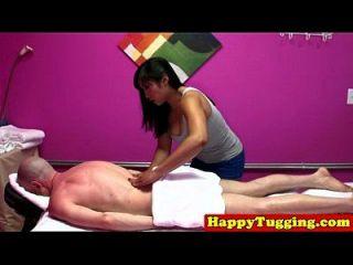 진짜 2 명의 nuru masseurs는 고객을 망친다.