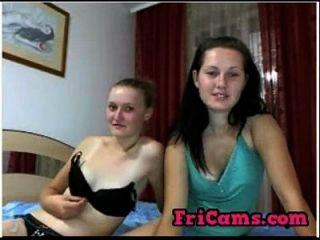 2 명의 수줍은 러시아 웹캠 소녀가 69 명을 보이고 있습니다.