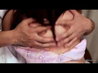 그녀의 가슴에 입을 벌리고 입을 문질러 입을 열심히 그녀의 남편에 의해 입을 문질러 입을