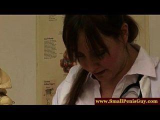 그의 작은 물건을 검사하는 간호사