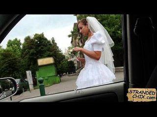 결혼식 후 신부가 amirah adara.1을 불렀다.