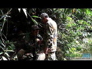 병사가 입으로 강물을 걸어 간다.