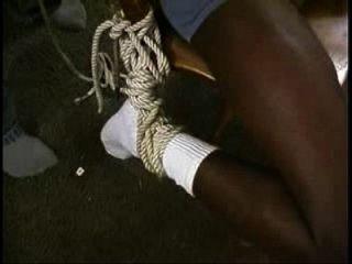 검은 노예는 의자와 기둥에 묶여있다.