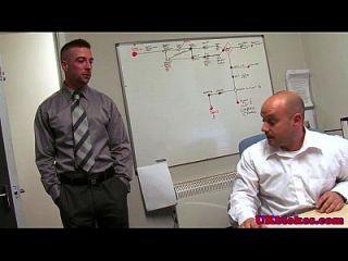 영어 스터드는 사무실에서 공동 작업자를 성교시킵니다.
