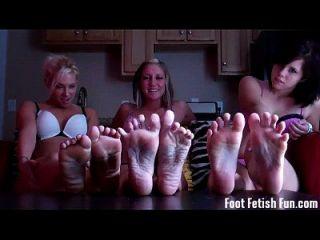 너는 우리의 예쁜 발로 경련하는 것을 좋아한다.