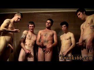 남자들이 모여서 그 위에 몸을 던지고있는 벌거 벗은 남자들,