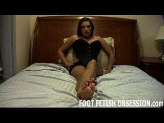 나는 네가 내 섬세한 발을 정액으로 가리고 싶다.