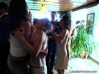 우아한 암캐는 결혼식에 거시기를 가지고 간다.
