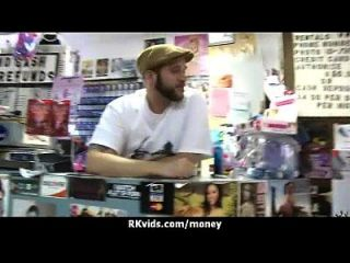 매춘부는 섹스를 위해 돈을 받고 테이프를 얻는다.