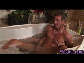 욕조에있는 흥분한 남자와 놀아나는 금발의 연극