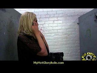 그녀의 죄를 글로리아 홀 9에서 고백하는 인종적 백인 레이디