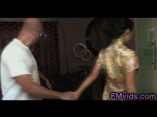 행운의 남자가 샤워를 받고있는 아시아 소녀들과 놀다.
