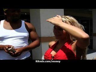 매춘부는 성관계를 위하여 돈을 받고 테이프를 얻는다.