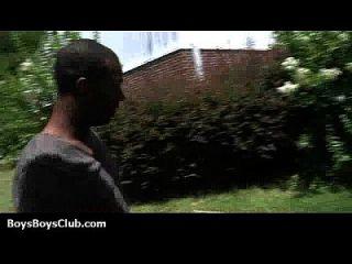 백인 흑인 섹시한 트윙크는 흑인 소년들에게 큰 타격을 입는다.